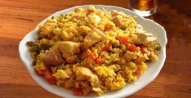 plato de arroz con pollo venezolano